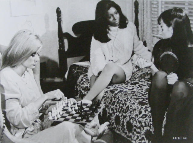 Yvette Mimieux Judy Pace Maggie Thrett chess schach Richard Wilson Three in the Attic